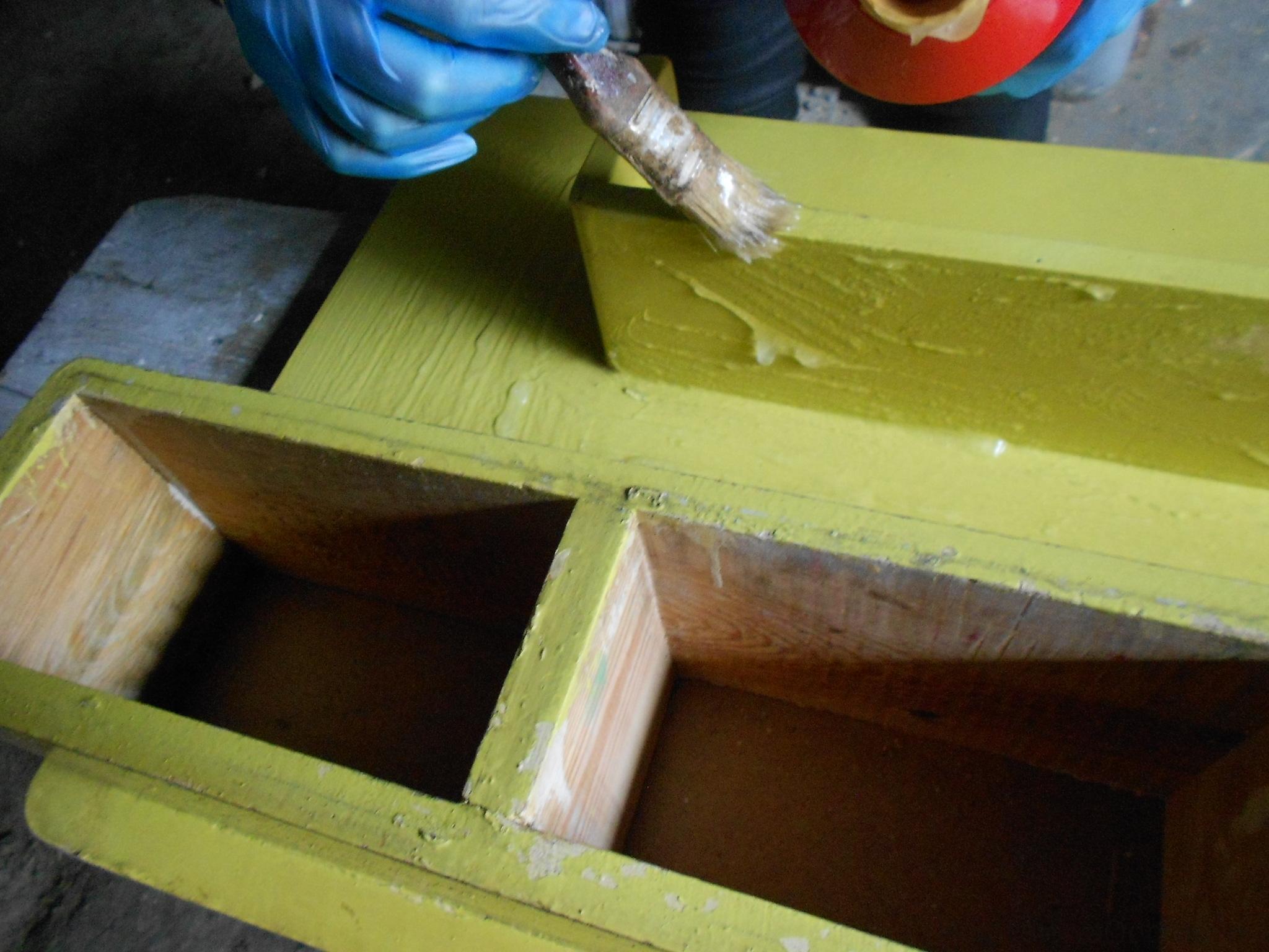 Oczyszczanie półki ze starych powłok malarskich